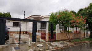 Casa En Venta En Valencia, Valles De Camoruco, Venezuela, VE RAH: 16-6903