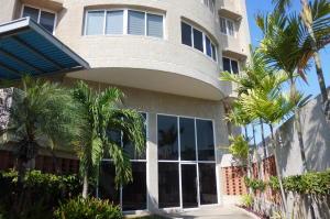 Apartamento En Venta En Maracaibo, Santa Rita, Venezuela, VE RAH: 16-7333