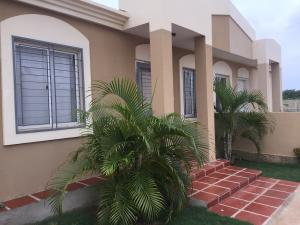 Townhouse En Venta En Santa Rita, Via Principal, Venezuela, VE RAH: 16-8473