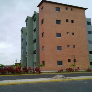 Apartamento En Venta En Municipio Los Guayos, Paraparal, Venezuela, VE RAH: 16-8856