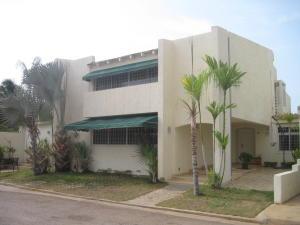 Townhouse En Venta En Maracaibo, Avenida Milagro Norte, Venezuela, VE RAH: 16-9261