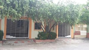 Casa En Venta En Municipio Los Guayos, Paraparal, Venezuela, VE RAH: 16-10234