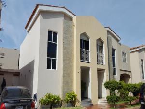 Townhouse En Venta En Maracaibo, Avenida Goajira, Venezuela, VE RAH: 16-10410