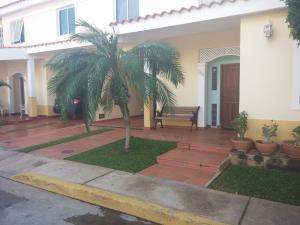 Townhouse En Venta En Maracaibo, Avenida Milagro Norte, Venezuela, VE RAH: 16-10542