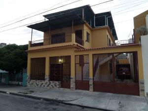 Casa En Venta En Maracay, Zona Centro, Venezuela, VE RAH: 16-10745