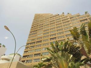 Apartamento En Venta En Catia La Mar, Playa Grande, Venezuela, VE RAH: 16-10968