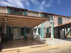 Townhouse En Venta En Punto Fijo, Puerta Maraven, Venezuela, VE RAH: 16-11156