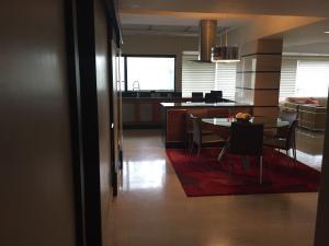 Apartamento En Venta En Maracaibo, Avenida El Milagro, Venezuela, VE RAH: 16-11902