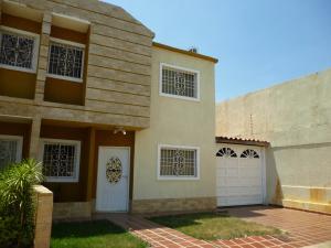 Townhouse En Venta En Maracaibo, Lago Mar Beach, Venezuela, VE RAH: 16-12704
