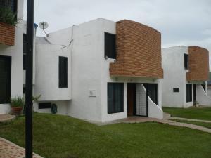 Townhouse En Venta En Municipio San Diego, La Esmeralda, Venezuela, VE RAH: 16-12802