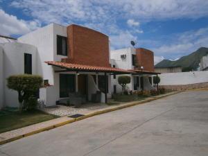 Townhouse En Venta En Municipio San Diego, Altos De La Esmeralda, Venezuela, VE RAH: 16-12823