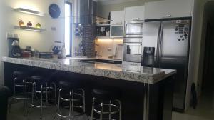 Apartamento En Venta En Maracaibo, Avenida Bella Vista, Venezuela, VE RAH: 16-13257