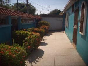 Casa En Venta En Los Puertos De Altagracia, Via Principal, Venezuela, VE RAH: 16-14580