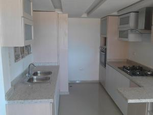 Apartamento En Venta En Maracaibo, Avenida Goajira, Venezuela, VE RAH: 16-14884