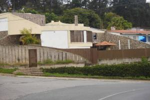 Casa En Venta En San Antonio De Los Altos, Club De Campo, Venezuela, VE RAH: 16-15375