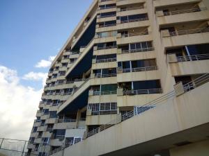 Apartamento En Venta En Parroquia Caraballeda, Palmar Este, Venezuela, VE RAH: 16-15570