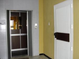 Apartamento En Venta En Punto Fijo, Los Caciques, Venezuela, VE RAH: 16-17182