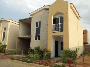 Townhouse En Venta En Maracaibo, Avenida Goajira, Venezuela, VE RAH: 16-16003