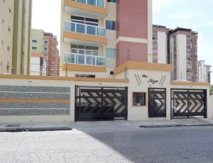 Apartamento En Venta En Maracay, El Bosque, Venezuela, VE RAH: 16-16062
