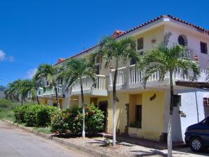 Apartamento En Venta En Municipio Antolin Del Campo Paraguachi, El Cardon, Venezuela, VE RAH: 16-16131