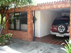Casa En Venta En Municipio Los Guayos, Paraparal, Venezuela, VE RAH: 16-16138
