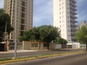 Terreno En Venta En Maracaibo, Avenida Universidad, Venezuela, VE RAH: 16-16400