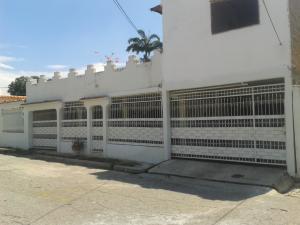 Casa En Venta En Maracay, Los Samanes, Venezuela, VE RAH: 16-16895