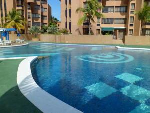 Apartamento En Alquiler En Lecheria, Complejo Turistico El Morro, Venezuela, VE RAH: 16-17203
