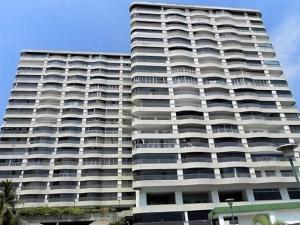 Apartamento En Venta En Catia La Mar, Playa Grande, Venezuela, VE RAH: 16-17218