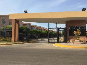 Townhouse En Venta En Maracaibo, Avenida Milagro Norte, Venezuela, VE RAH: 16-17262