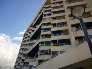 Apartamento En Venta En Parroquia Caraballeda, Palmar Este, Venezuela, VE RAH: 16-17446