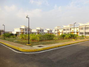 Townhouse En Venta En Maracaibo, Via Aeropuerto, Venezuela, VE RAH: 16-17888