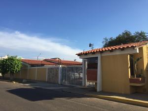 Casa En Venta En Maracaibo, Lago Mar Beach, Venezuela, VE RAH: 16-19365