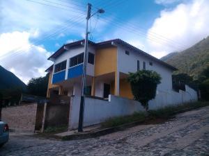 Townhouse En Venta En La Puerta, Via La Lagunita, Venezuela, VE RAH: 16-19605