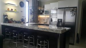 Apartamento En Venta En Maracaibo, Avenida Bella Vista, Venezuela, VE RAH: 17-255