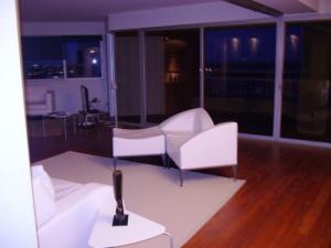 Apartamento En Venta En Maracaibo, Avenida El Milagro, Venezuela, VE RAH: 17-301