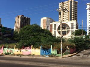 Terreno En Venta En Maracaibo, Avenida El Milagro, Venezuela, VE RAH: 17-359
