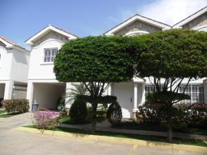 Townhouse En Venta En Maracaibo, Lago Mar Beach, Venezuela, VE RAH: 17-469