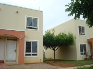 Townhouse En Venta En Maracaibo, Via La Concepcion, Venezuela, VE RAH: 17-636