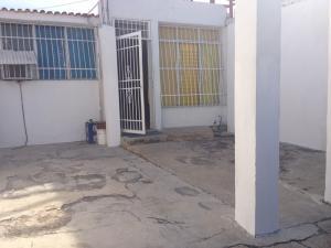 Casa En Venta En Municipio Los Guayos, Paraparal, Venezuela, VE RAH: 17-854