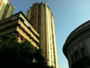 Apartamento En Venta En Maracay, Zona Centro, Venezuela, VE RAH: 17-1809