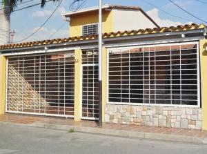 Casa En Venta En Maracay, Roraima, Venezuela, VE RAH: 17-1879