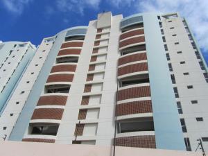 Apartamento En Venta En Catia La Mar, Playa Grande, Venezuela, VE RAH: 17-2055