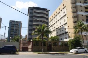 Apartamento En Venta En Catia La Mar, Playa Grande, Venezuela, VE RAH: 17-2474