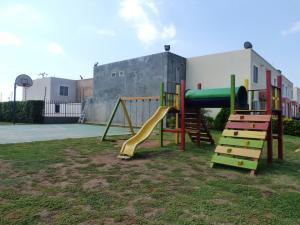 Townhouse En Venta En Maracaibo, Via La Concepcion, Venezuela, VE RAH: 17-3125