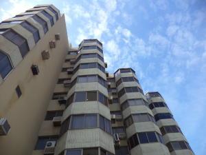 Apartamento En Venta En Catia La Mar, Playa Grande, Venezuela, VE RAH: 17-4536
