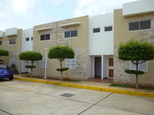 Townhouse En Venta En Maracaibo, Avenida Goajira, Venezuela, VE RAH: 17-5640