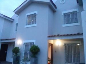 Townhouse En Venta En Maracaibo, Avenida Goajira, Venezuela, VE RAH: 17-6522