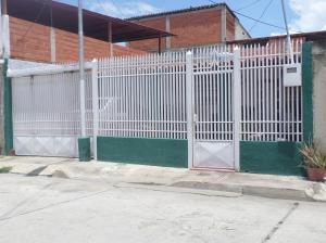 Casa En Venta En Maracay, Santa Rita, Venezuela, VE RAH: 17-6805