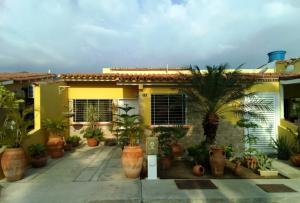Townhouse En Venta En Municipio San Diego, Villas Laguna Club, Venezuela, VE RAH: 17-6850